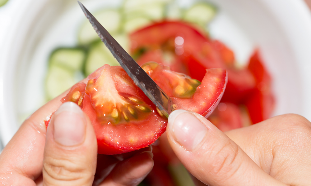 Slicing tomatoes in smaller pieces for Guinea Pigs