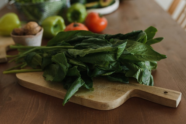 A picture showing the preparation of spinach for guinea pigs